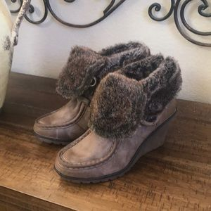 Mtng suede wedge bootie fur trim